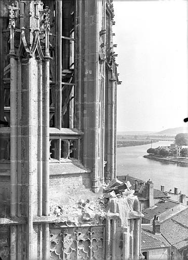 Eglise Saint-Martin Clocher : Angle atteint par le bombardement, Queste, P. photographe),