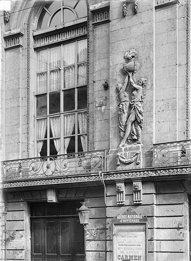 Théâtre Façade sur rue : Fenêtre et bas-relief du premier étage, Durand, Jean-Eugène (photographe),
