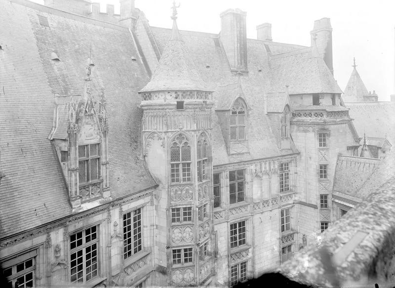 Hôtel de Jacques-Coeur Vue d'ensemble des bâtiments sur la cour à l'est, Durand, Eugène (photographe),