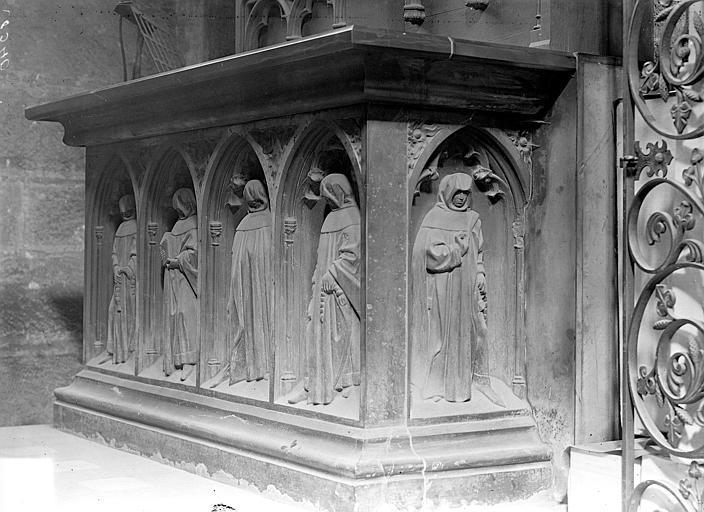 Eglise Notre-Dame Tombeau en pierre noire transformé en autel. Face du tombeau de Pierre de Bauffremont : Quatre pleurants sous des arcatures, Gossin (photographe),