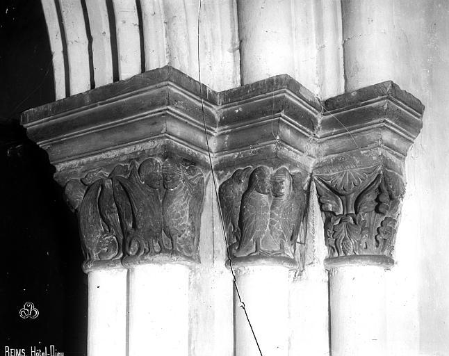 Abbaye Saint-Remi (ancienne) ou ancien Hôtel-Dieu Chapiteaux, Robert, Paul (photographe),
