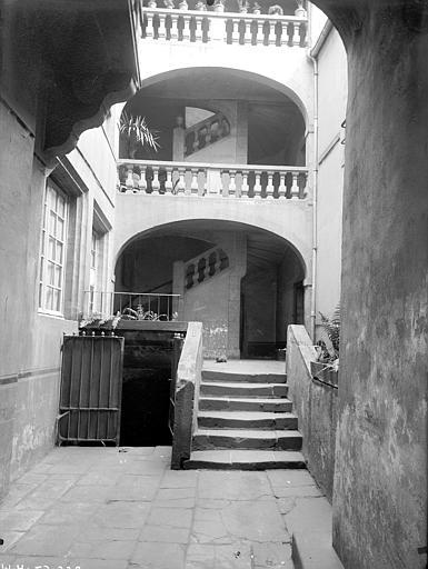 Maison Cour intérieure : Façade avec galeries, Jarron (photographe),