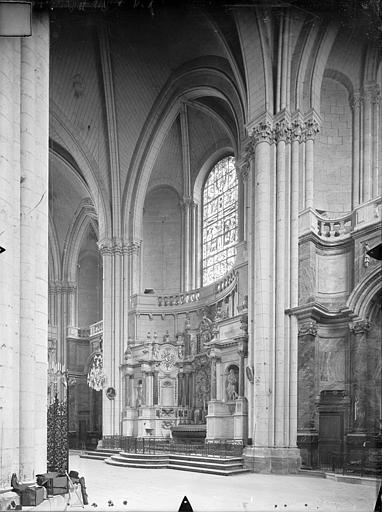 Cathédrale Saint-Pierre Vue intérieure du déambulatoire : Chapelles absidiales, Gossin (photographe),