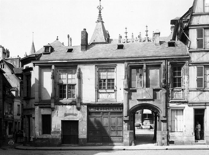 Hôtel de Bourgtheroulde Façade sur la place, Durand, Eugène (photographe),