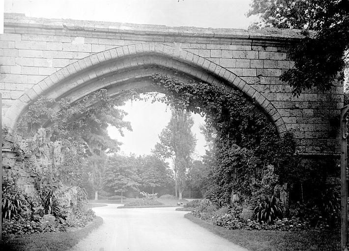 Arche Arche enjambant une allée, jardin en arrière-plan, Enlart, Camille (historien),