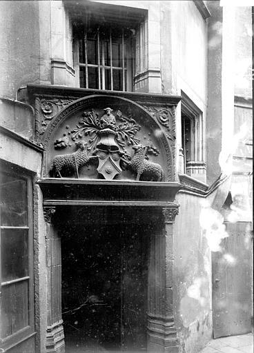 Maison Porte, linteau sculpté, Enlart, Camille (historien),