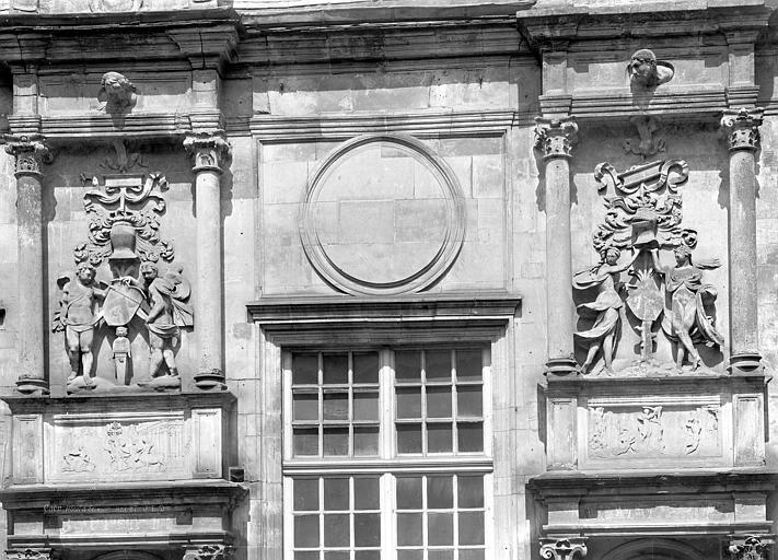 Hôtel d'Escoville (ancien) Façade : Bas-reliefs au-dessus des statues de Judith et David, Durand, Jean-Eugène (photographe),