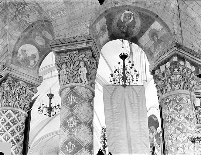 Eglise Sainte-Radegonde Chapiteaux, colonnes et arcades du déambulatoire, Gossin (photographe),