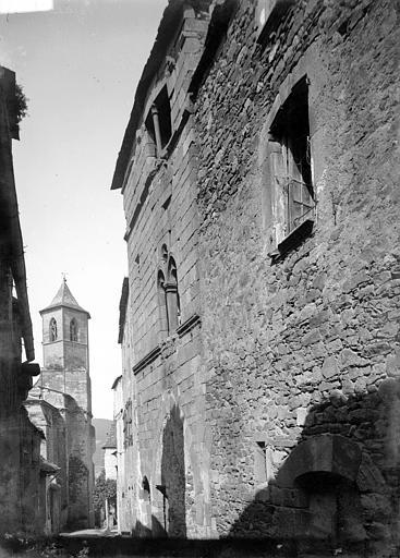 Maison ; Eglise Saint-Jean Clocher côté nord-est en arrière-plan d'une maison, Enlart, Camille (historien),