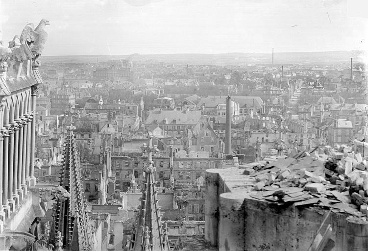 Archevêché (ancien) ; Palais du Tau (actuel) Vue panoramique prise de la cathédrale vers la ville, Sainsaulieu, Max (photographe),