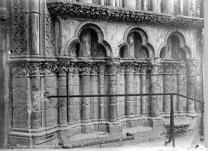Cathédrale Saint-Pierre Portail de la façade nord : soubassement, Mieusement, Médéric (photographe),