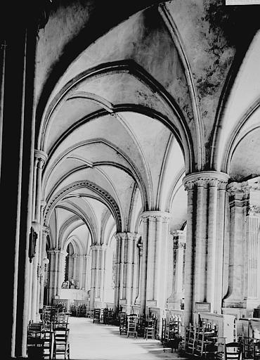 Eglise du Vieux-Saint-Etienne Déambulatoire, Enlart, Camille (historien),