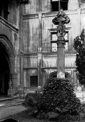 Palais Ducal (ancien) Croix dans la cour du musée, Enlart, Camille (historien),