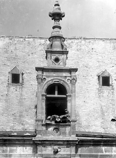 Hôtel d'Escoville (ancien) Grande lucarne, au-dessus de la statue de Judith, Durand, Jean-Eugène (photographe),