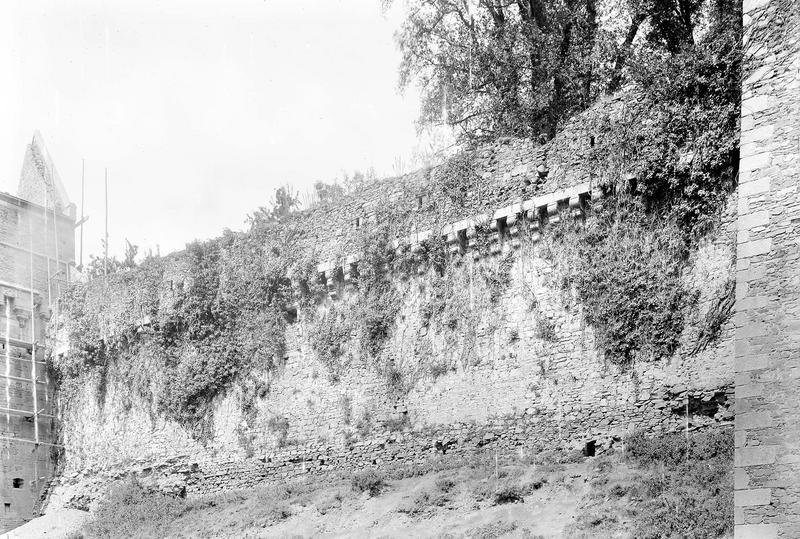 Château Courtine au sud, Tour Raoul échafaudée, Durand, Eugène (photographe),