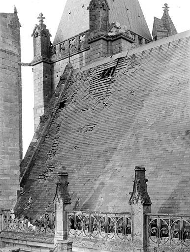 Eglise Notre-Dame ; Cathédrale (ancienne) Toiture endommagée, côté sud de la nef : Penture du toit, Durand, Jean-Eugène (photographe),