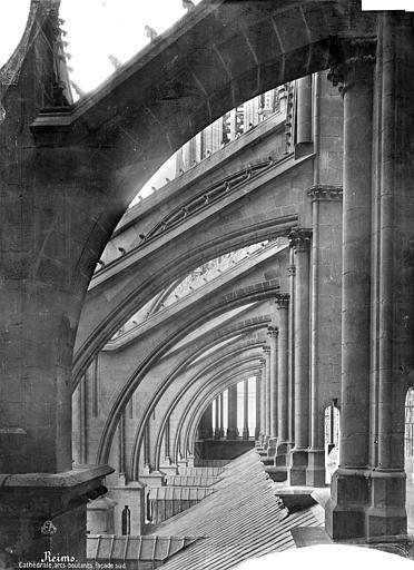 Cathédrale Notre-Dame Façade sud : Arcs-boutants et couverture du bas-côté, vue axiale vers l'ouest, Mieusement, Médéric (photographe),