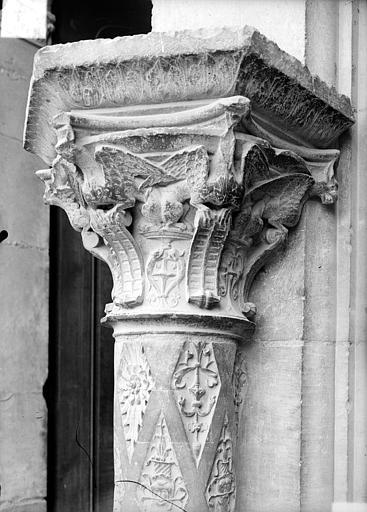 Cathédrale Saint-Etienne Façade ouest : colonne et chapiteau du soubassement, Doucet ; Baudet (photographe),