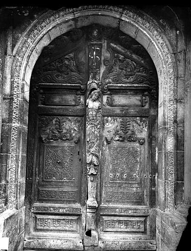 Palais de Justice Portail de la façade sur la place : Vantaux de porte en bois sculpté, Delaunay (photographe),