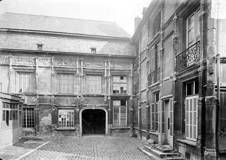 Hôtel Le Vergeur ; Musée du Vieux Reims Cour intérieure, Sainsaulieu, Max (photographe),