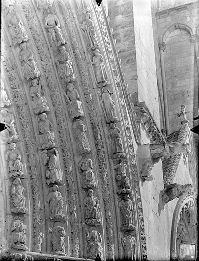 Cathédrale Saint-Pierre Portail central de la façade ouest : Voussures, côté droit, Gossin (photographe),