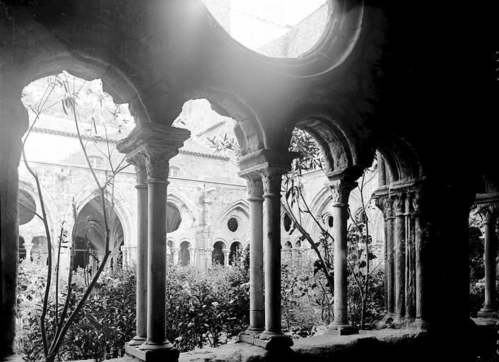 Abbaye de Fontfroide Cloître: galerie et cour, Enlart, Camille (historien),