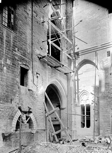 Palais des Papes Cour d'honneur : Entrée du porche de la grande audience (ensemble), Durand, Jean-Eugène (photographe),