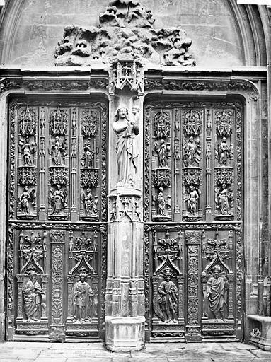 Cathédrale Saint-Sauveur Portail central de la façade ouest : Porte en bois sculpté (ensemble), Mieusement, Médéric (photographe),