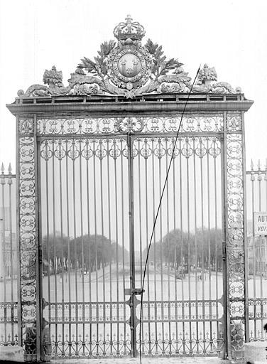 Domaine national, château Porte de la grande grille à l'ouest : Vue d'ensemble, Durand, Jean-Eugène (photographe),