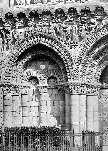 Eglise Notre-Dame-la-Grande Façade ouest : arcature à gauche du portail, Mieusement, Médéric (photographe),
