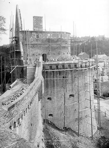 Château Tour Raoul, côté ouest : Restauration des mâchicoulis, Durand, Jean-Eugène (photographe),