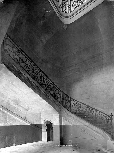 Abbaye aux Hommes (ancienne) Vue intérieure, côté est : Départ d'escalier jusqu'au 1er étage, Durand, Jean-Eugène (photographe),