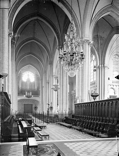 Cathédrale Saint-Pierre Vue intérieure du choeur et de la nef, vers l'entrée, Gossin (photographe),