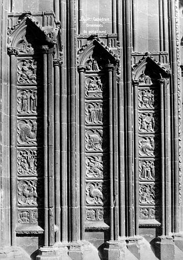 Cathédrale Saint-Jean Portail de la façade ouest : petits bas-relienfs entre les colonnes des ébrasements, Mieusement, Médéric (photographe),