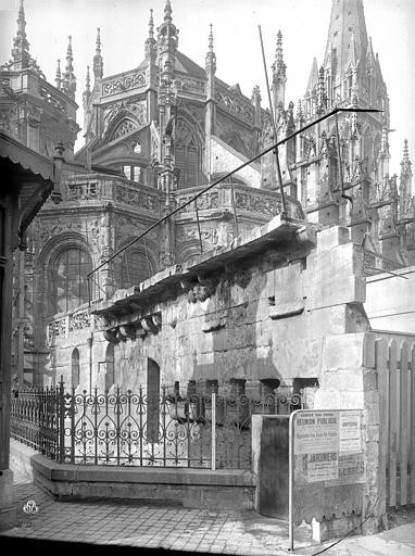 Eglise Saint-Pierre Angle nord-est. Ancien mur de rempart au 1er plan, Durand, Jean-Eugène (photographe),