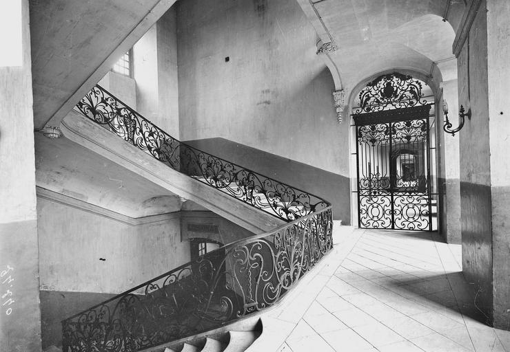 Abbaye aux Hommes (ancienne) Porte en fer forgé et rampe de l'escalier de l'économat, Service photographique,