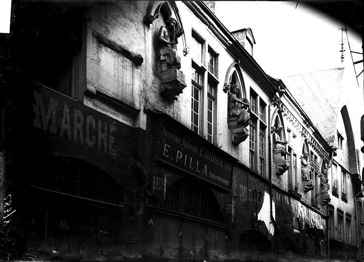 Maison dite des Ménétriers ou des Musiciens Façade: vue diagonale, Enlart, Camille (historien),