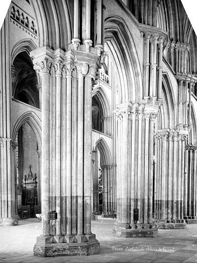 Cathédrale Notre-Dame Vue intérieure du bas-côté : piliers de la nef, Mieusement, Médéric (photographe),
