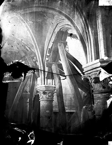 Eglise Saint-Denys Colonnes, chapiteaux, Durand, Eugène (photographe),