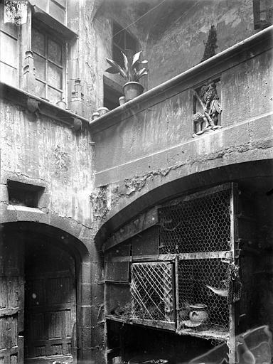 Hôtel Dumas de Paulard Cour intérieure : Galerie avec bas-relief de saint Christophe, Jarron (photographe),
