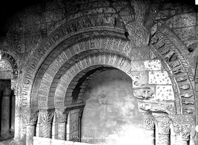 Abbaye Saint-Aubin (ancienne) Cloître, détails d'arcatures, Carlier (photographe),