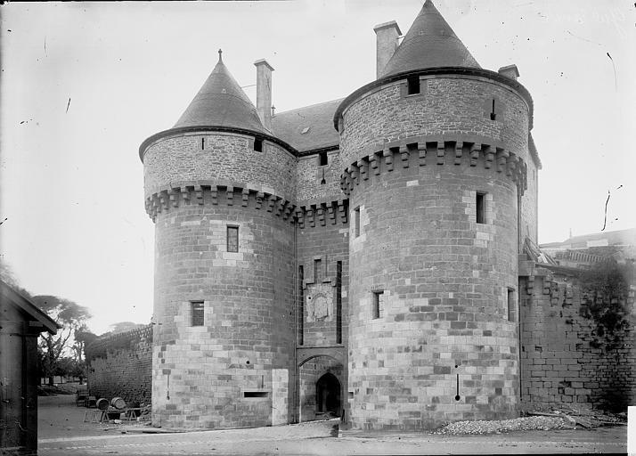 Enceinte fortifiée (ancienne) Porte du côté de l'entrée, Enlart, Camille (historien),