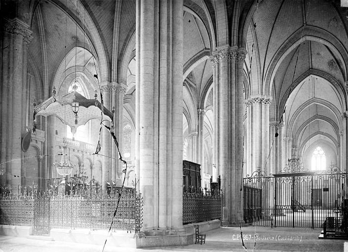 Cathédrale Saint-Pierre Vue intérieure du bas-côté sud et de la nef, vers le nord-est, Mieusement, Médéric (photographe),