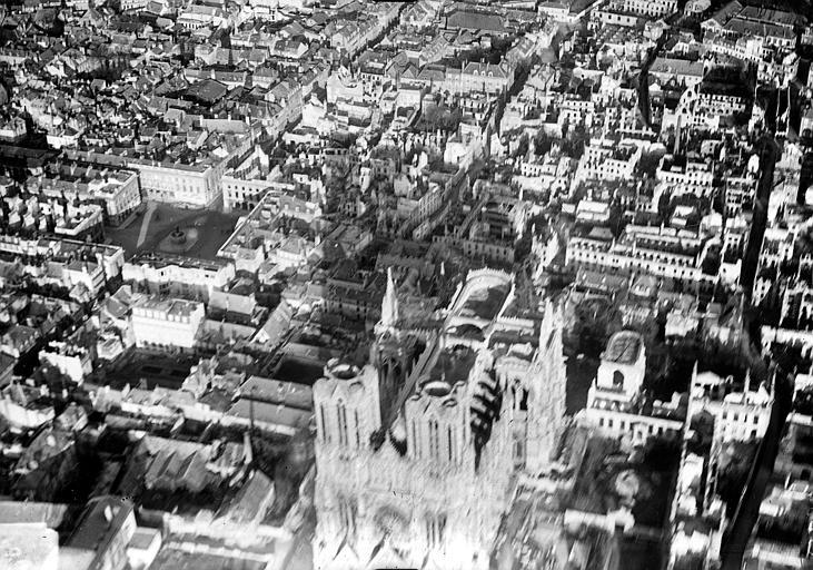 Cathédrale Notre-Dame Vue aérienne du quartier de la cathédrale : Vue prise de l'ouest, Hermier ; Goubeau (photographe),