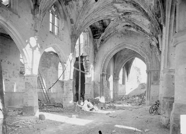 Eglise Nef et bas-côté nord, vus de l'entrée, Service photographique,