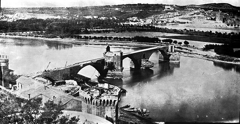 Chapelle et pont Saint-Bénézet Vue générale, Baldus, Edouard (photographe),