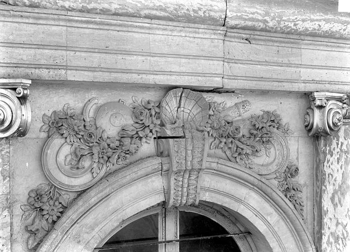 Domaine national, château Angle sud-ouest : Ecoinçons d'une fenêtre, Durand, Jean-Eugène (photographe),