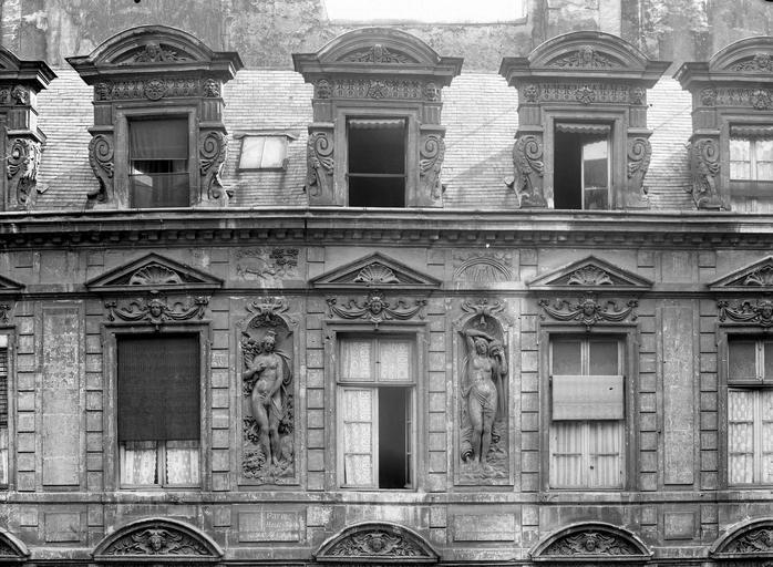 Hôtel Béthune-Sully Façade principale sur la cour, fenêtres et lucarnes, Durand, Eugène (photographe),
