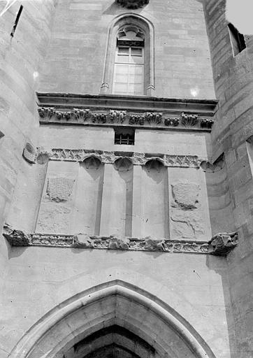 Château Donjon. Entrée est ou châtelet : Partie supérieure de la façade entre les deux tours, Vorin,