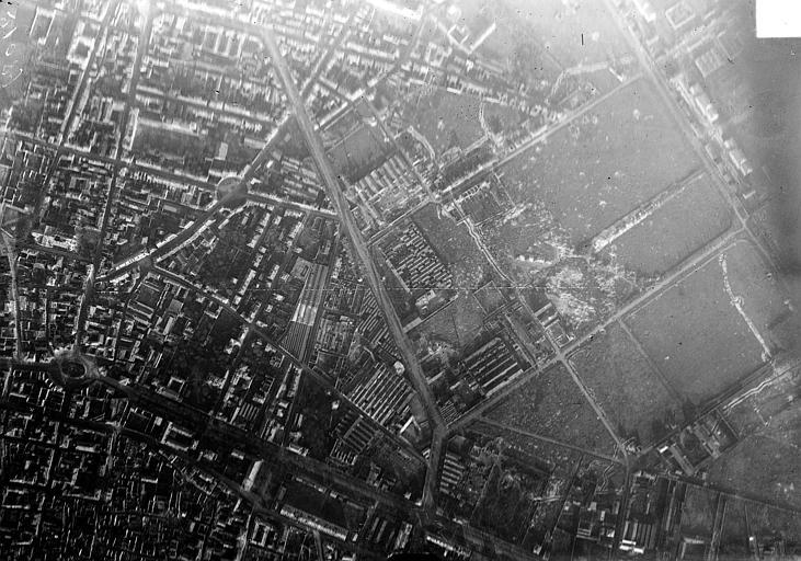 Porte de Mars Vue aérienne du quartier situé entre le square Colbert et la porte de Mars, Hermier ; Goubeau (photographe),